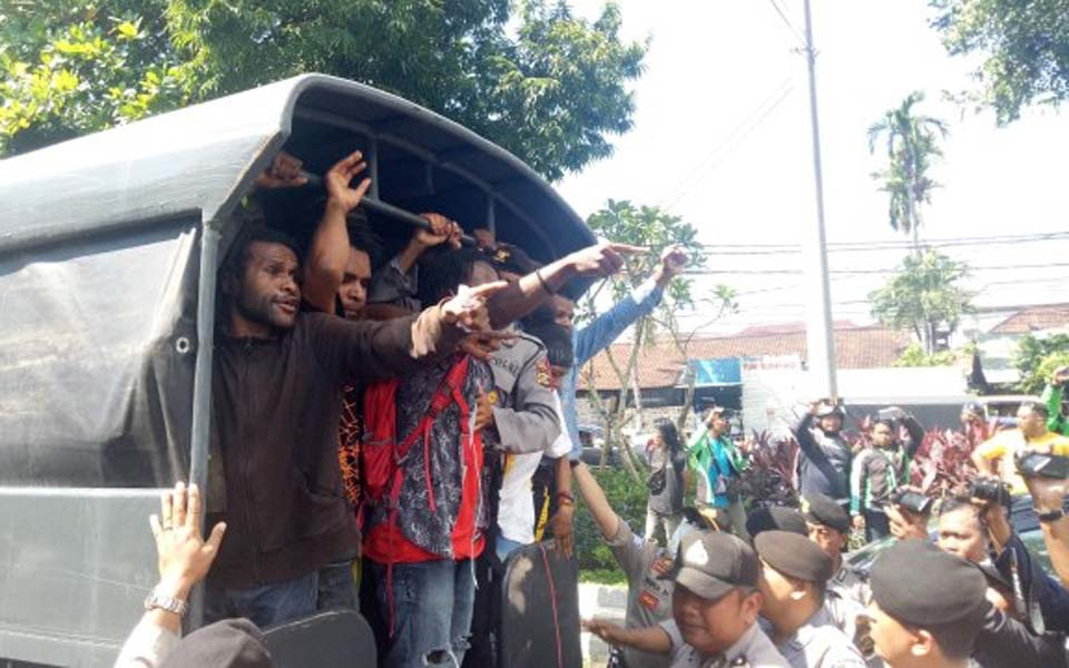 Arrested Papuan students being taken away in truck – April 15, 2019 (Kanal Bali)