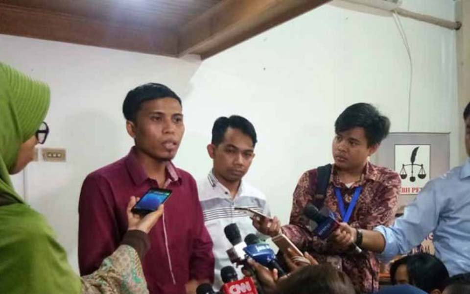 Aziz Fauzi (second left) and Ade Wahyudin (third left) speak to media – July 5, 2019 (Antara)