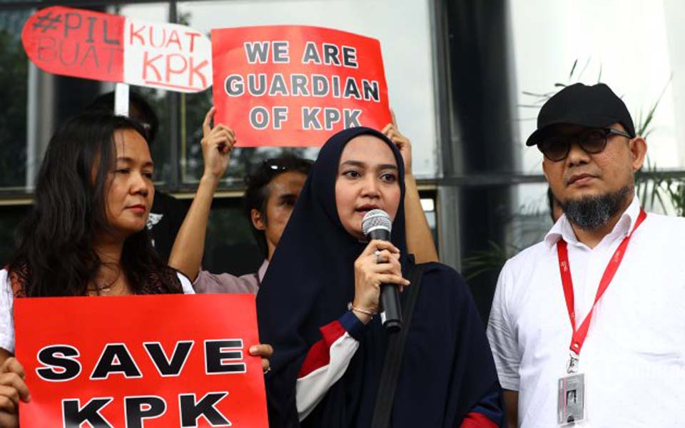 Baswedan (right) and his wife (centre) at Save KPK event – January 15, 2019 (Tribune)