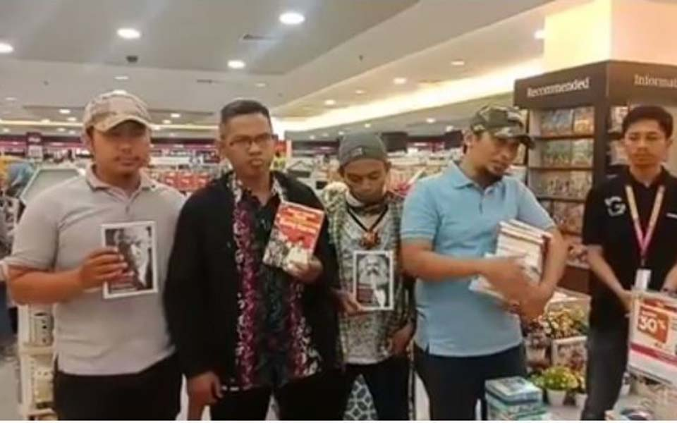 BMI members hold books at Gramedia bookstore in Makassar – August 3, 2019 (Suara)