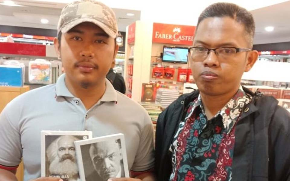 BMI members hold pictures of Marx and Lenin at Gramedia bookstore – August 3, 2019 (Tagar)