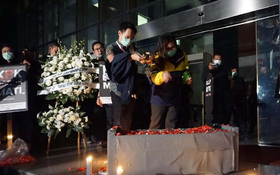 Civil Society Coalition activists scatter flowers at KPK building – September 17, 2019 (Detik)