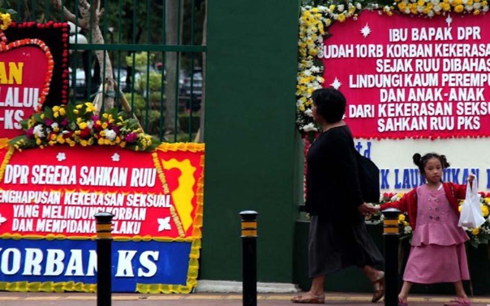 Flower boards at the front gate of the DPR – September 6, 2019 (Detik)