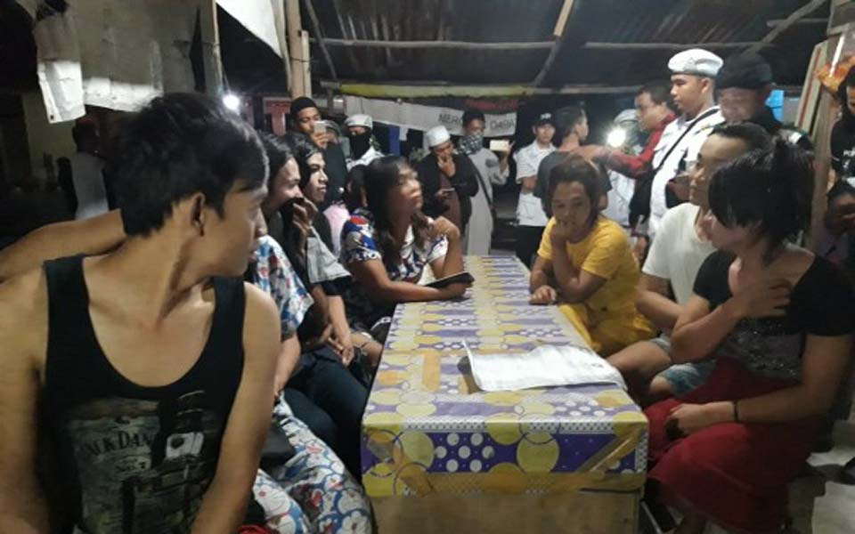 FPI members interrogate trans-women found during raid – May 16, 2019 (Riau 24)