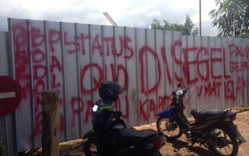 Graffiti reads 'Sealed off by Islamic community' (KBR)