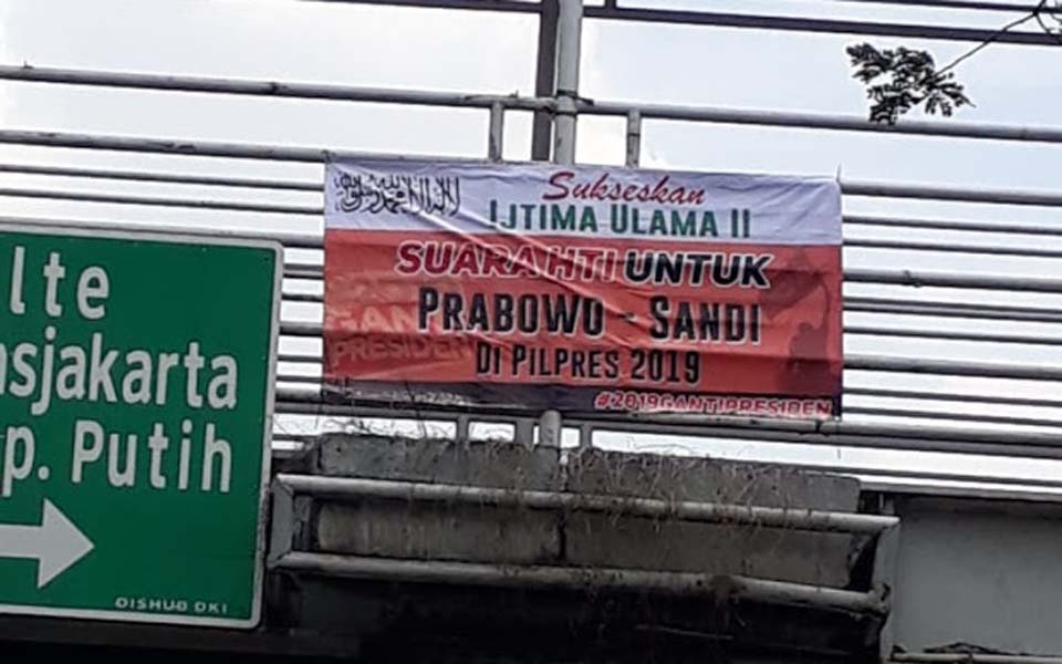 HTI banner on Jakarta footbridge supporting Prabowo (Nusa News)