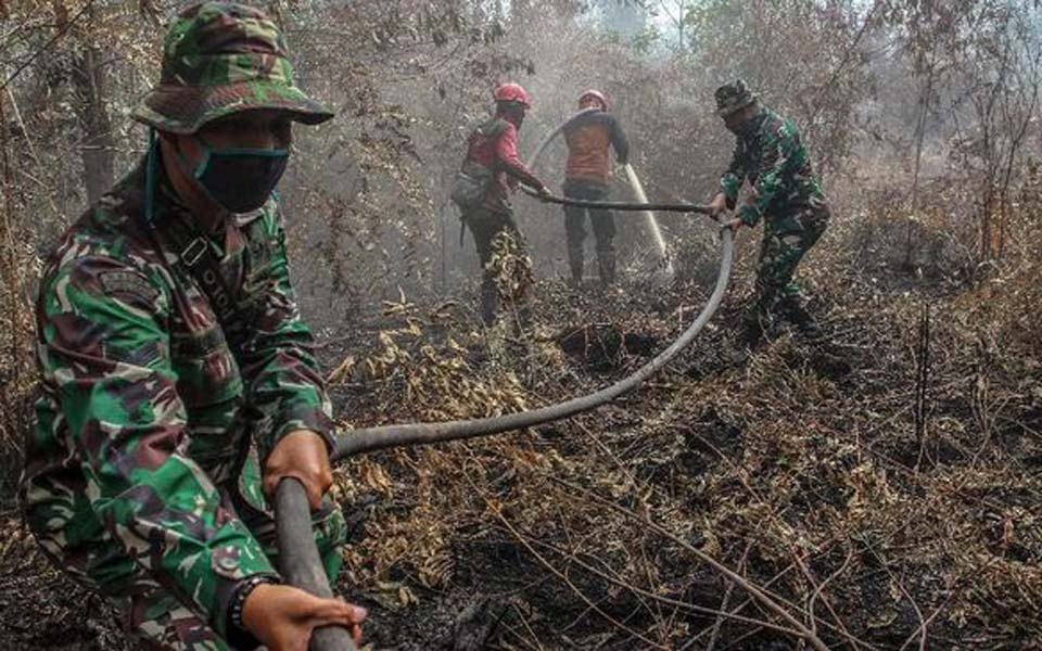 Military personnel fight peatland fire in Kampar, Riau – July 26, 2019 (Antara)
