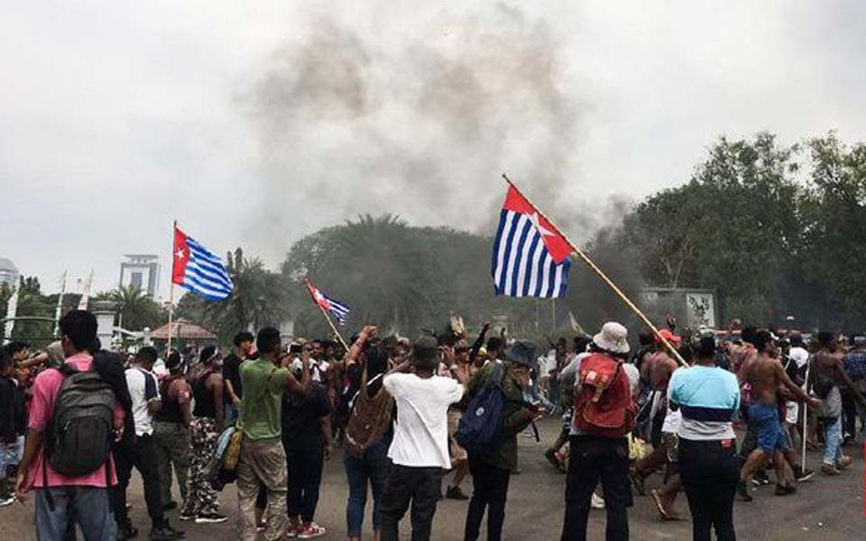 Papuan protesters fly Morning Star flag during rally at State Palace – August 28, 2019 (CNN)