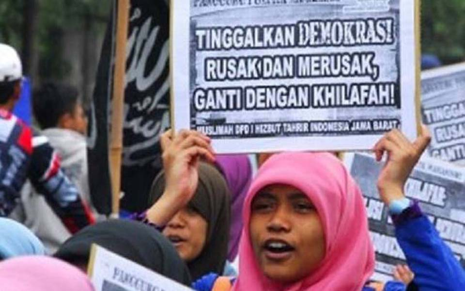 Placard reads 'Abandon democracy, damaged and damaging, replace it with a caliphate' (Antara)