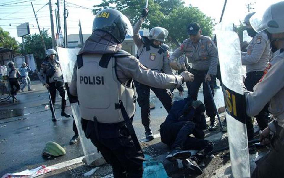 Police beat student during protest in Makassar – September 24, 2019 (Antara)