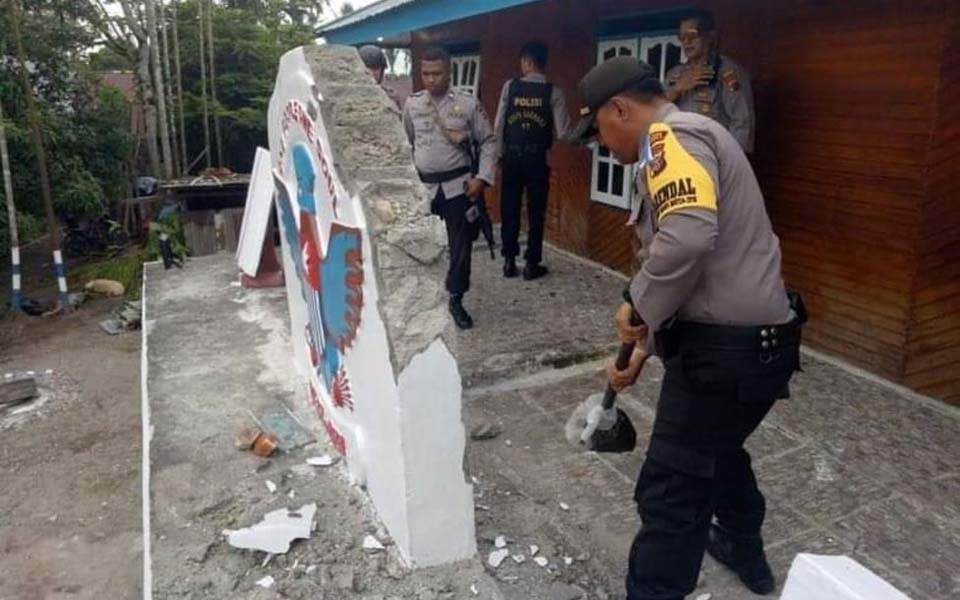 Police demolish KNPB symbol in front of office after takeover (KNPB)