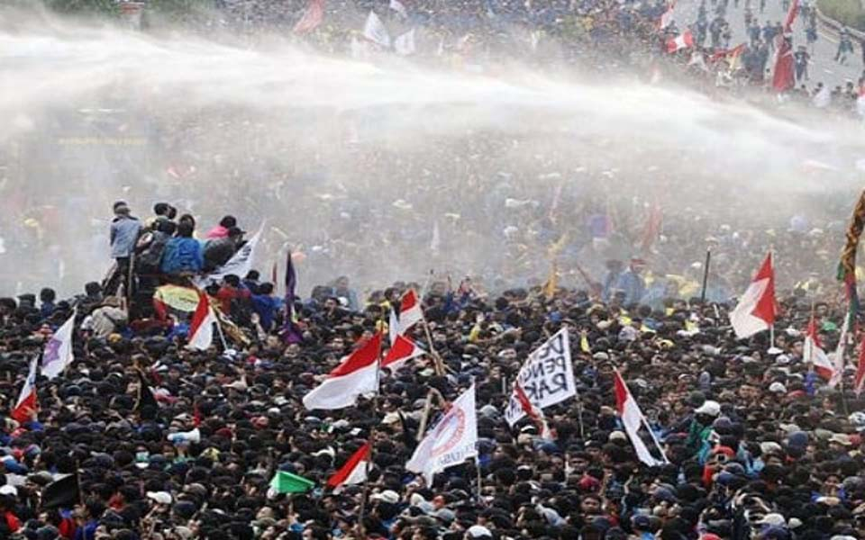 Police spray protesters with water in front of DPR building (Pamarta Nusantara)