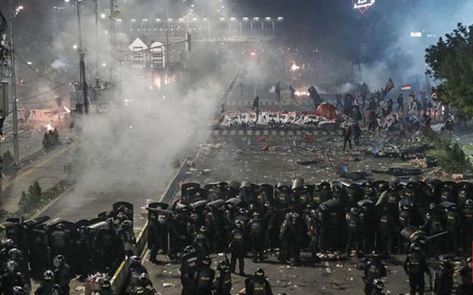 Protesters and police clash in front of Bawaslu building – May 22, 2019 (CNN)