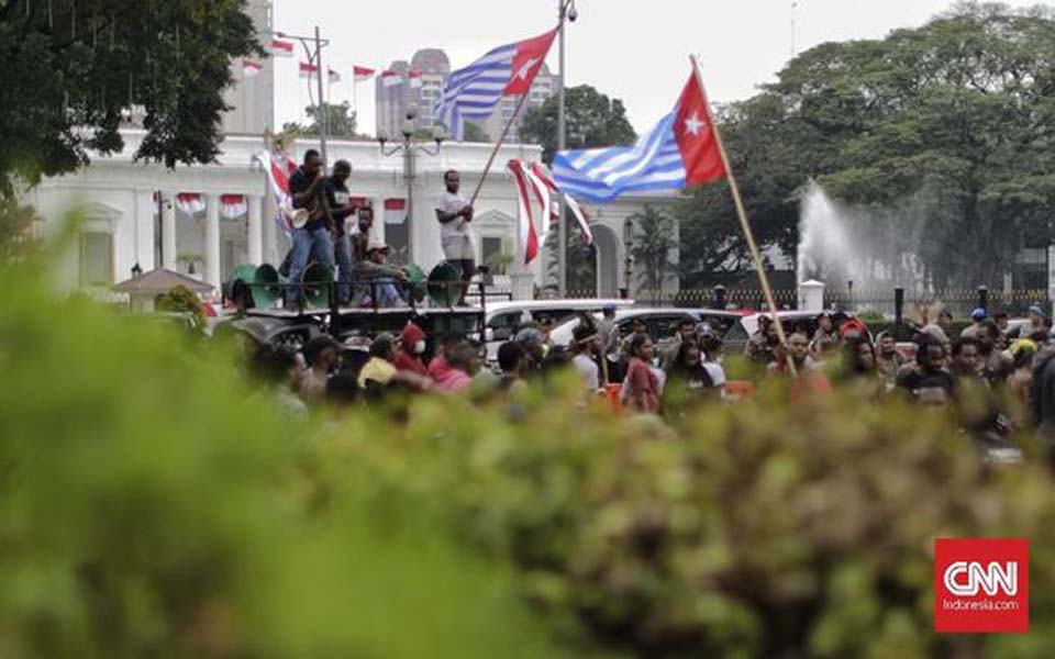 Protesters raise Morning Star flag during rally at State Palace – August 28, 2019 (CNN)
