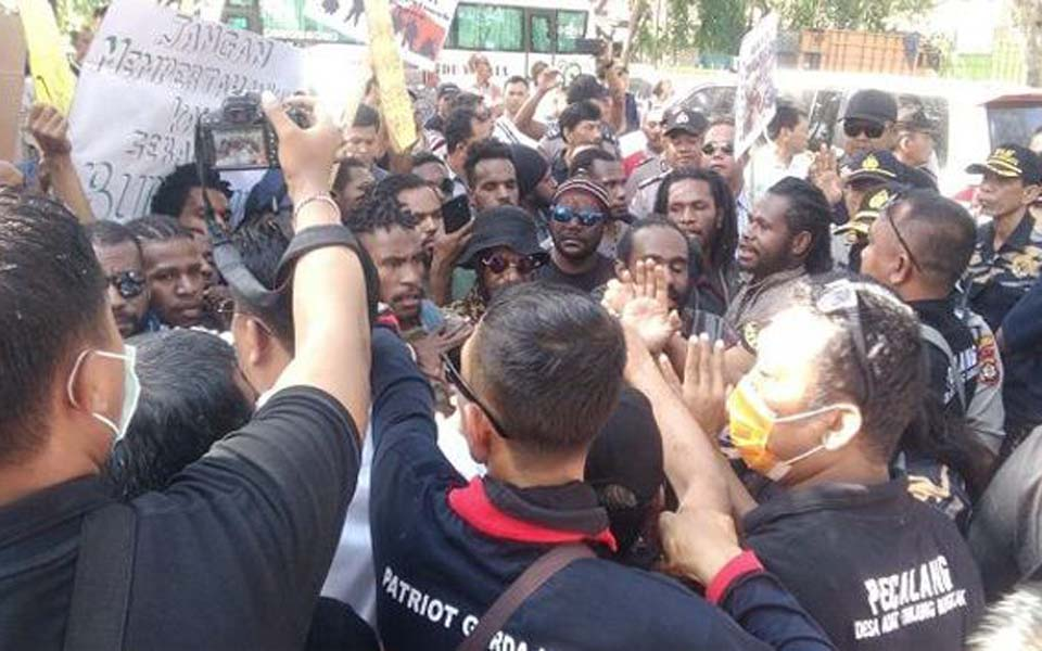 Protesters scuffle with local group at rally in Denpasar – July 6, 2019 (Riau Aktual)