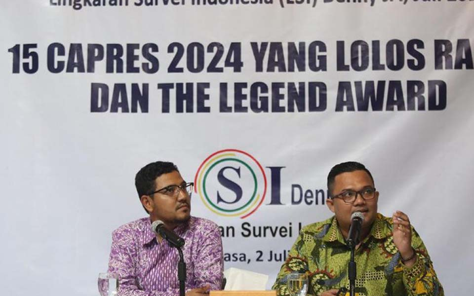 Rully Akbar (right) speaking at LSI Denny JA press conference – July 2, 2019 (Detik)