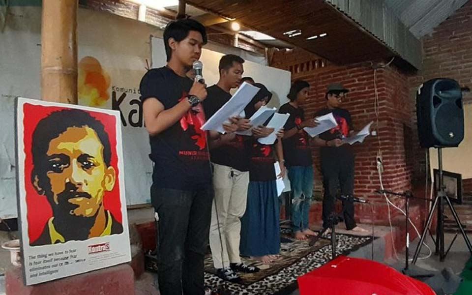 Seven young people reading out the Munir TPF report in Medan – October 16, 2019 (Detik)