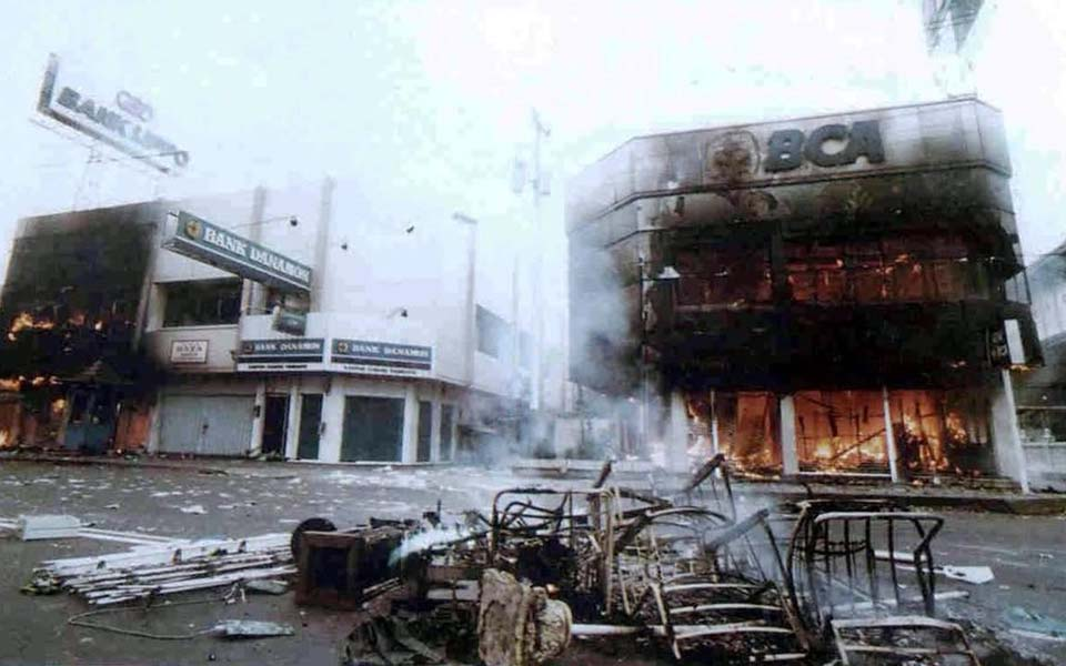 Shops on fire during May 1998 riots (Liputan 6)
