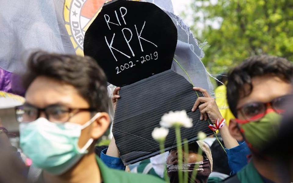 Student at demo holds poster reading 'Rest in Peace KPK 2002-2019' (Detik)