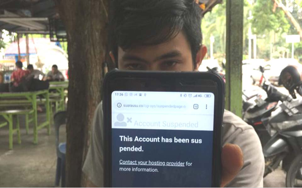 Student displays suspended Voice of USU website (Jawa Pos)