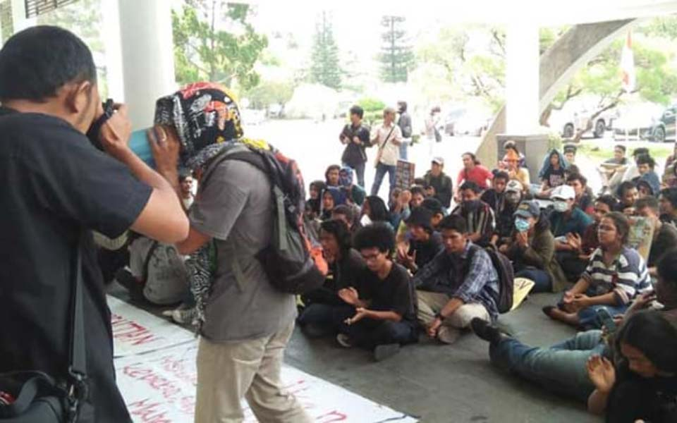 Student protest in front of USU rectorate – March 29, 2019 (Sumut News)