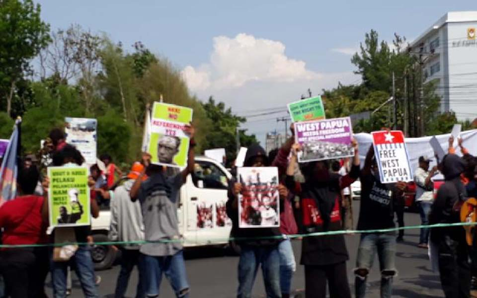 Students hold rally at UGM traffic circle demanding referendum – December 1, 2019 (Tempo)