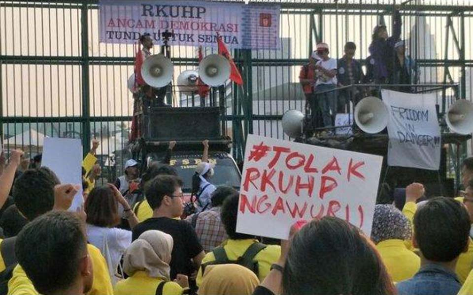 Students rally against RKUHP in front of the DPR – September 16, 2019 (Kompas)