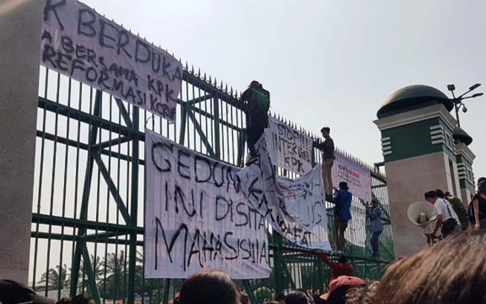 Students seal off DPR building in protest over RKUHP – September 18, 2019 (Kumparan)