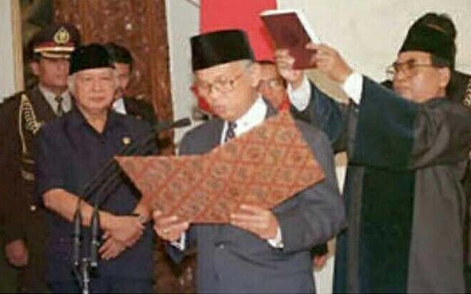 Suharto (left) watches Habibie being sworn in as president – May 21, 1998
