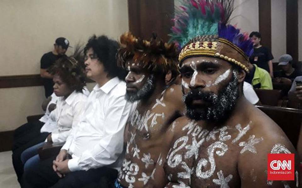 Surya Anta (wearing white) and Papuan defendants at first treason trial hearing – December 16, 2019 (CNN)