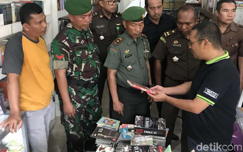 TNI solider confiscating books from Nagare Boshi bookshop – January 8, 2019 (Detik)
