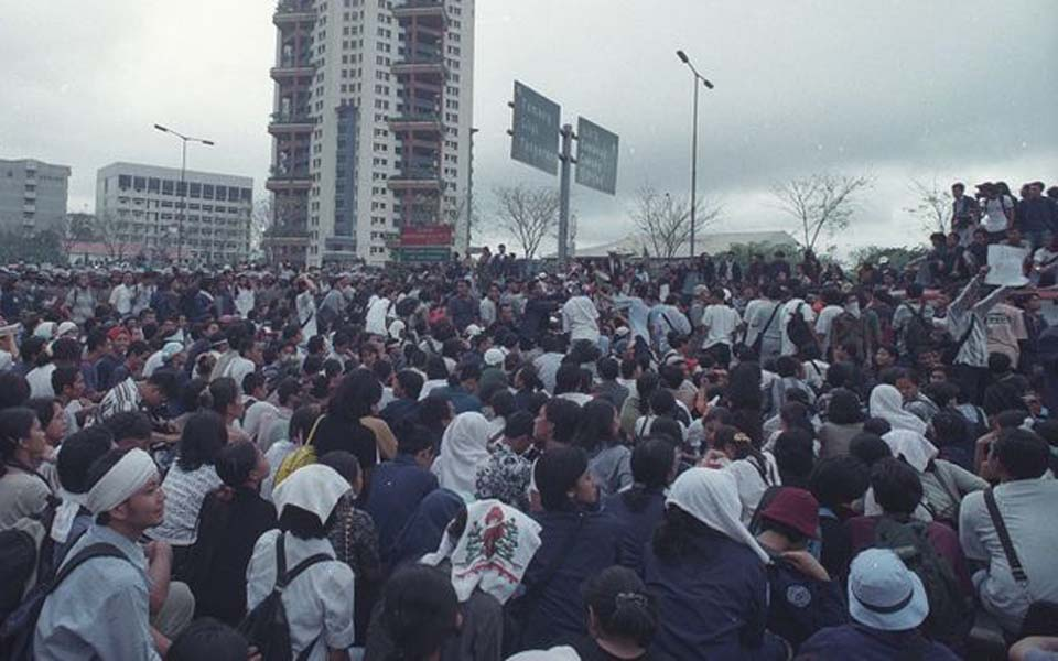 Trisakti University students demand reformasi – May 12, 1998 (Kompas)