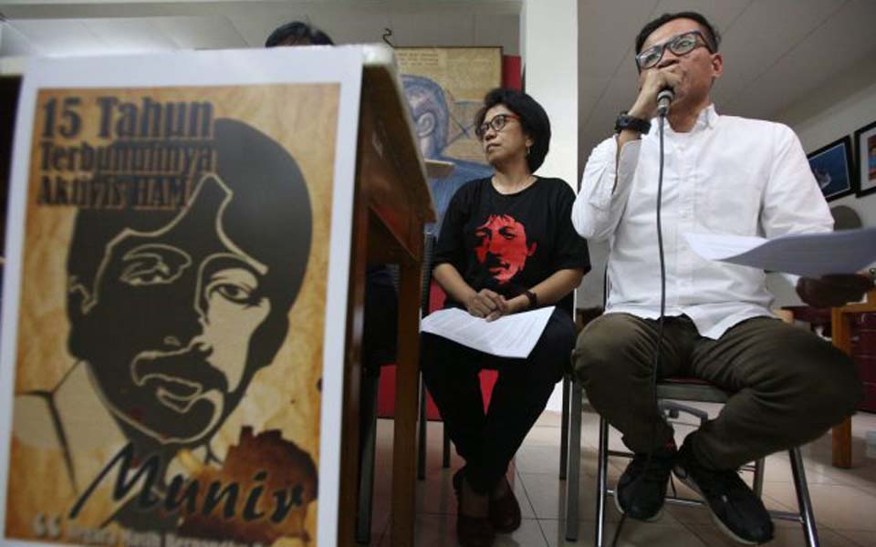 Usman Hamid and Suciwati speaking at event marking 15 years since Munir's assasianation (Jawa Pos)