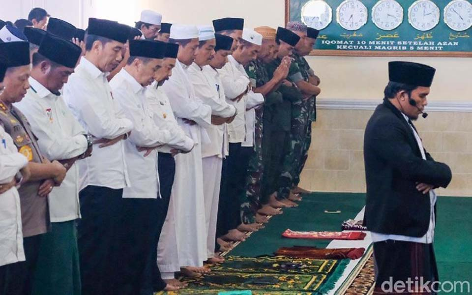 Widodo and senior officials pray for rain in Pekanbaru -- September 17, 2019 (Detik)