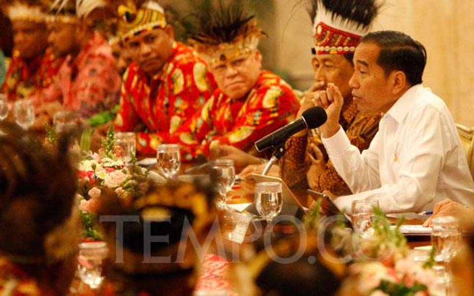Widodo (right) speaks with Papuan figures at Palace – September 10, 2019 (Tempo)