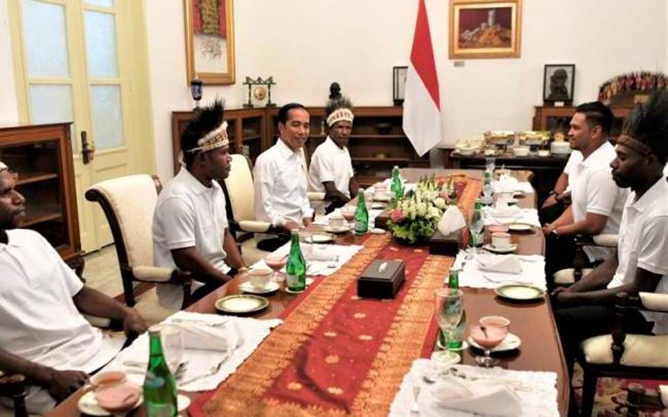 Widodo talking with Love the Country Gapura Festival and Papua Yapen Islands reps – September 3, 2019 (Antara)