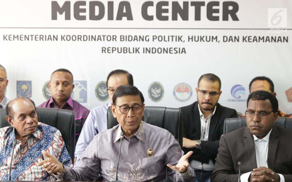 Wiranto (centre) and Papuan figures at press conference explaining Papua situation – August 30, 2019 (Liputan 6)