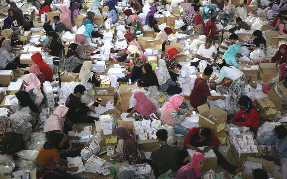 Workers fold ballot papers at KPU building in Bogor – March 2, 2019 (Kata Data)