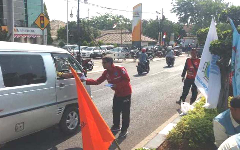 Workers hand out leaflets to motorists in Karawang – August 13, 2019 (Buruh)