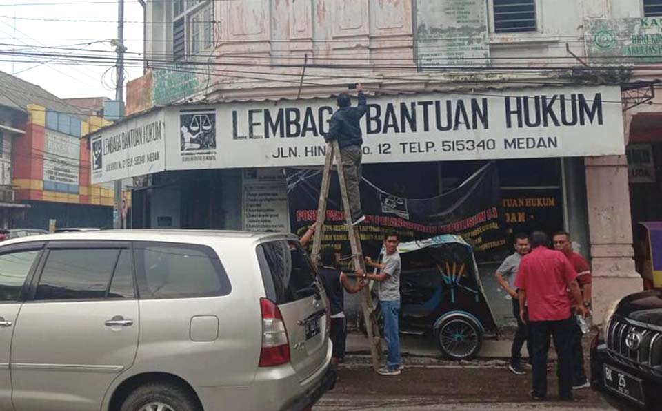 Workers repair LBH Medan offices after molotov cocktail attack – October 19, 2019 (Istimewa)